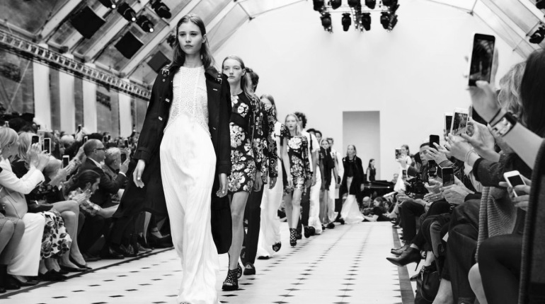 letscarrieon_fashion_weekdefile-burberry-printemps-ete-2016-13_5420223 2